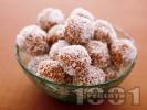 Рецепта Бонбони от сушени плодове (смокитни, стафиди, фурми), орехи, бадеми и кокос за десерт